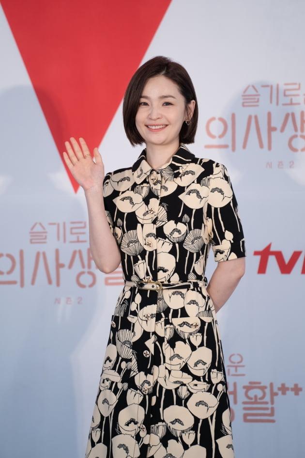 전미도는 '슬의생2'에서 의대 동기 5인방의 중심이자 카리스마 넘치는 신경외과 교수 채송화 역의 전미도로 등장한다. /사진제공=tvN