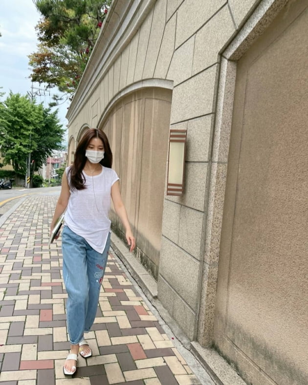 """'백도빈♥' 정시아, 고급 아파트 단지서 산책 중? """"동네 한 바퀴"""" [TEN★]"""