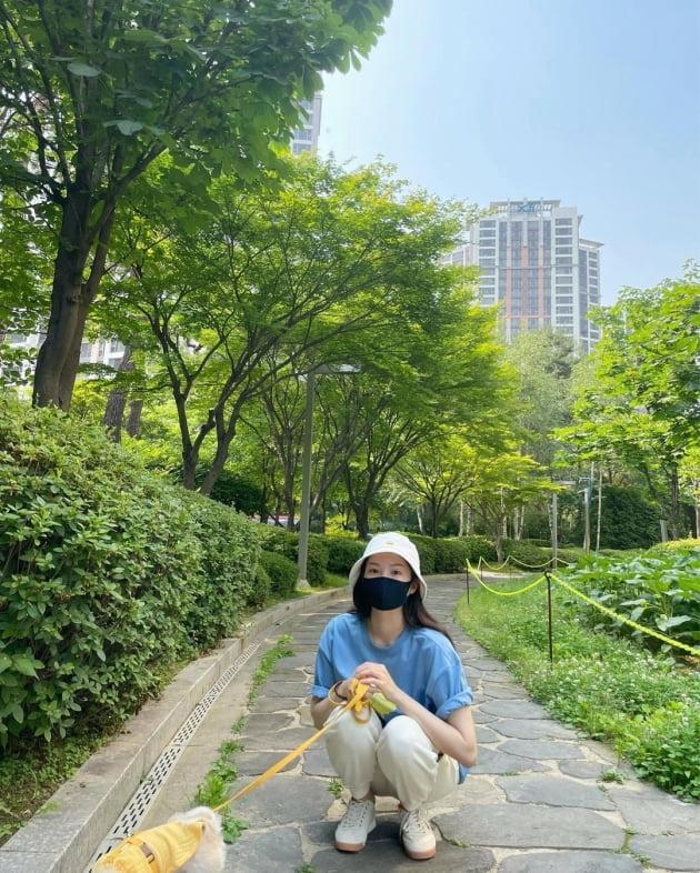 전진♥류이서, 고급아파트 단지 산책엔 커플 츄리닝 패션 [TEN★]