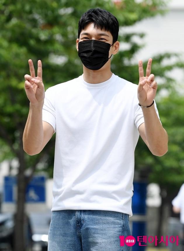 [TEN 포토] 위하준 '소년처럼 귀여운 브이'