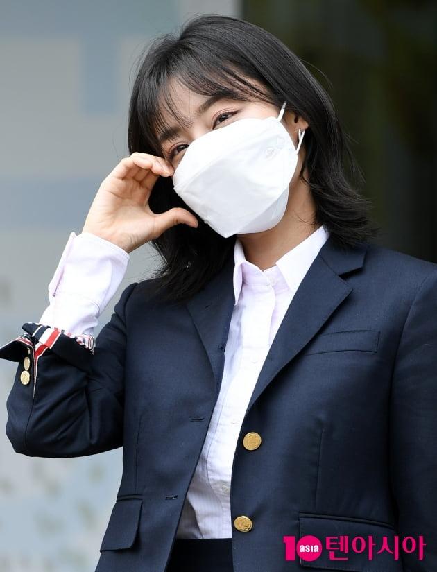 [TEN 포토] 강민아 '꽃내음 가득한 하트'