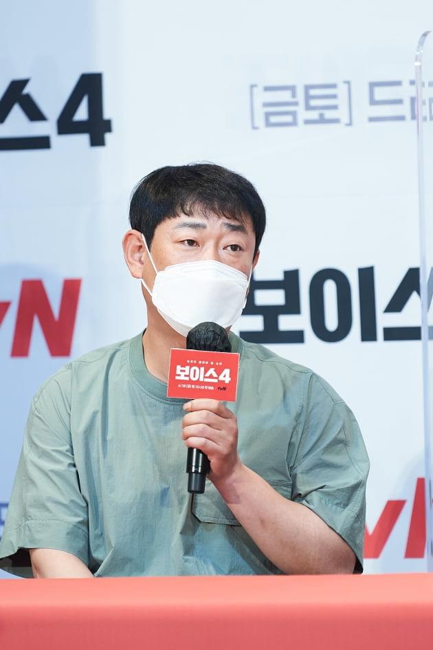 신용휘 감독이 '보이스' 제작발표회에 참석해 차별점을 설명하고 있다. /사진제공=tvN