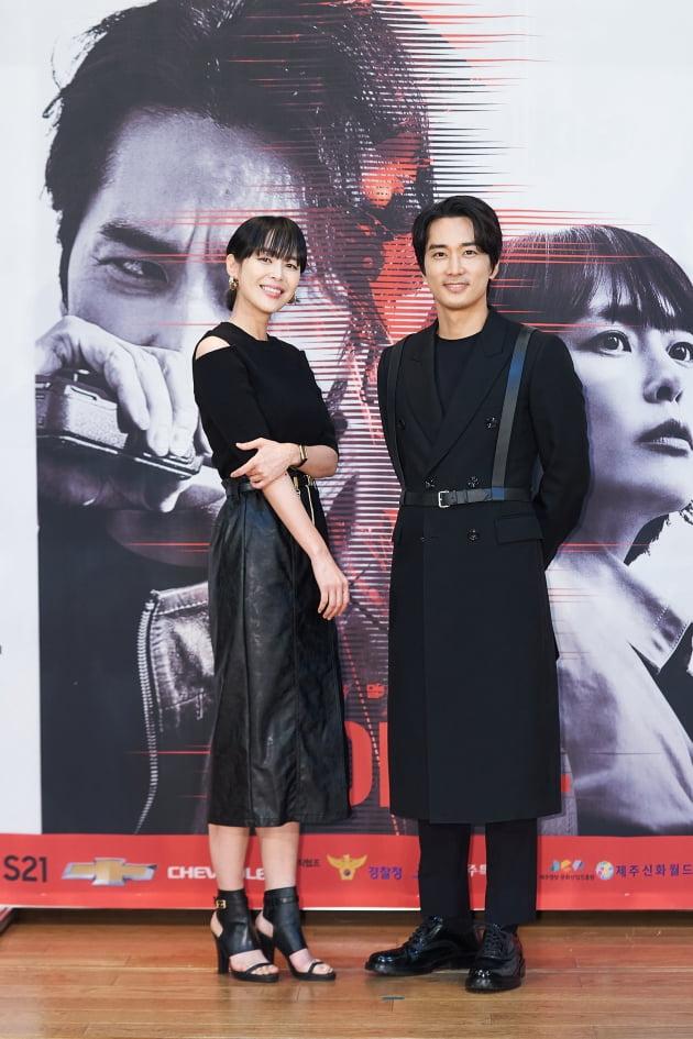 이하나(왼쪽)와 송승헌은 '보이스4'에서 각각 생명의 소리를 듣는 보이스 프로파일러 강권주 역을, 죽음의 현장에서 생명을 살리는 형사 데릭 조 역을 맡았다. /사진제공=tvN
