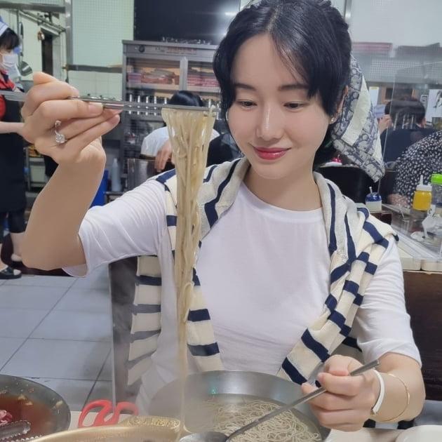 '연하의사♥' 이정현, 평양냉면 먹는데 이렇게 상큼해도 돼? [TEN★]
