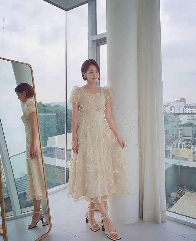 오정연, 드레스 입고 카우치에서 뽐낸 우아美…재벌가 사모님 분위기 [TEN★]