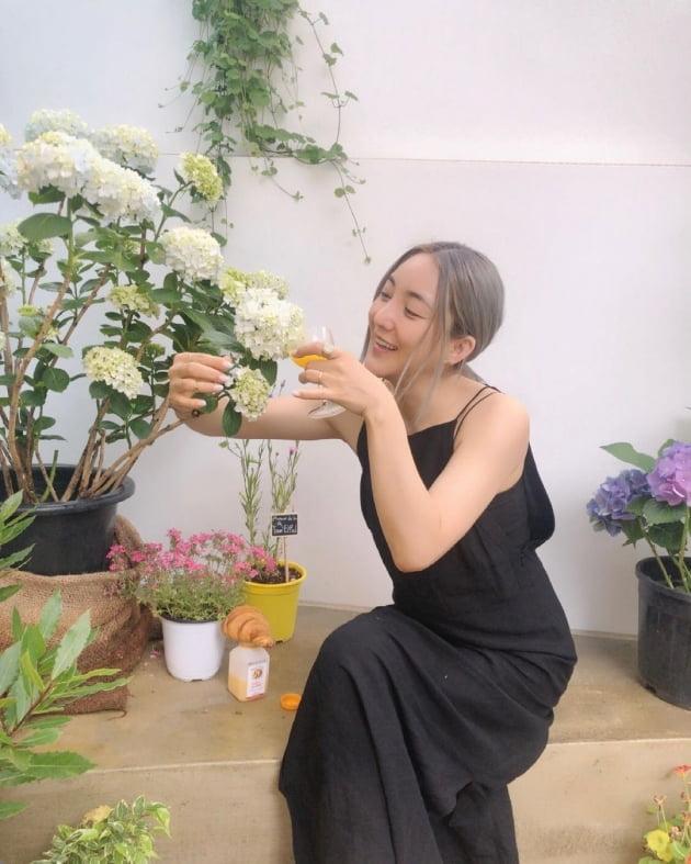 """'10살 연하♥' 바다, 트임 원피스 입고 """"주스 한 잔 할래요~"""" [TEN★]"""