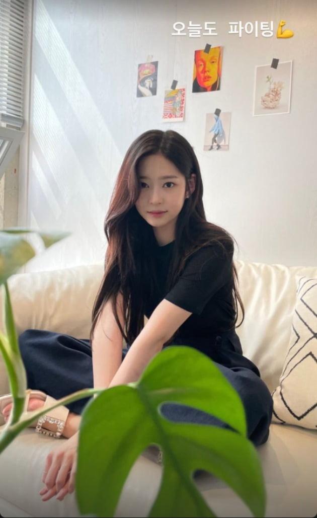 아이즈원 김민주, 인형이 살아난 줄…심쿵 아이컨택 [TEN★]