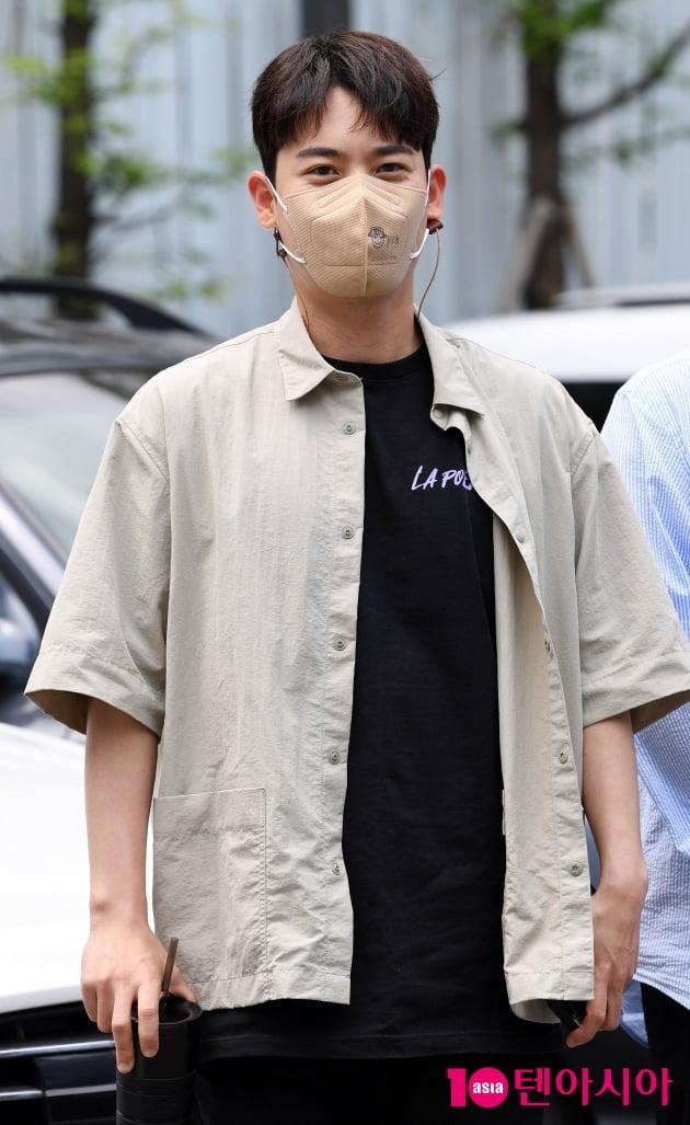 [TEN 포토] 라포엠 유채훈 '조각상의 눈웃음'