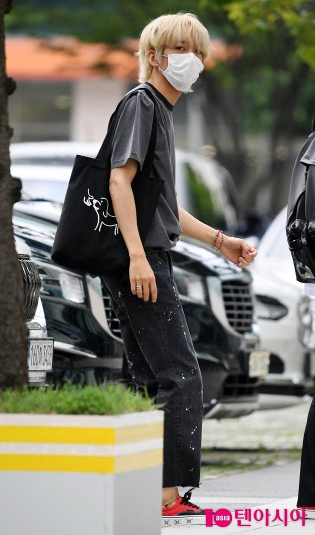 [TEN 포토]이승윤 '간편한 에코백 매고 '
