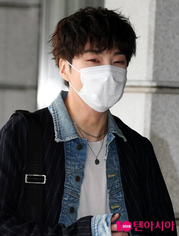 [TEN 포토] 위너 강승윤 '애교 눈웃음'