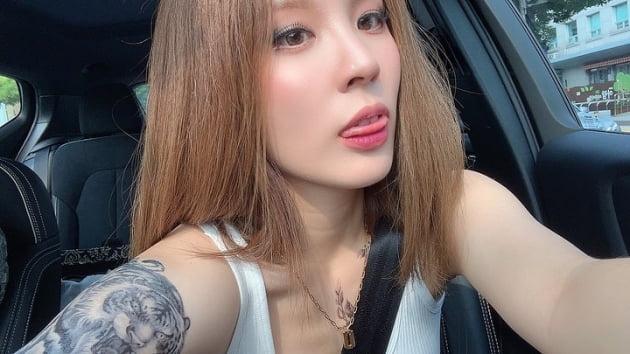 '오뚜기 주주' 함연지, 문신+컬러렌즈+브라톱 '불량 언니 3종 세트' [TEN★]