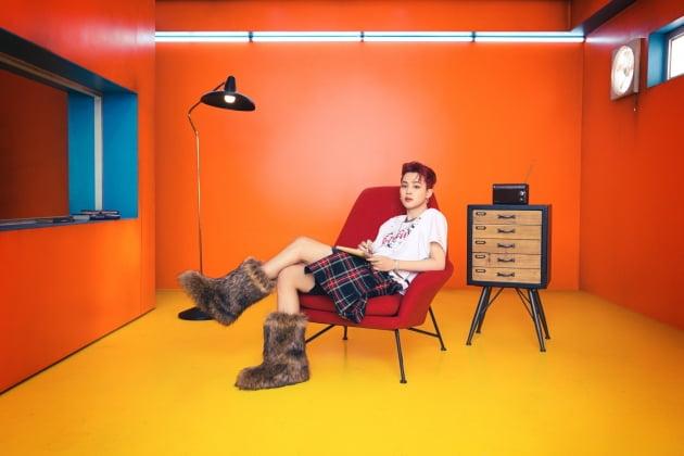 방탄소년단 지민 'Korea It Boy'의 고정관념 뛰어넘은 패션 화보 공개 '티셔츠는 품절'