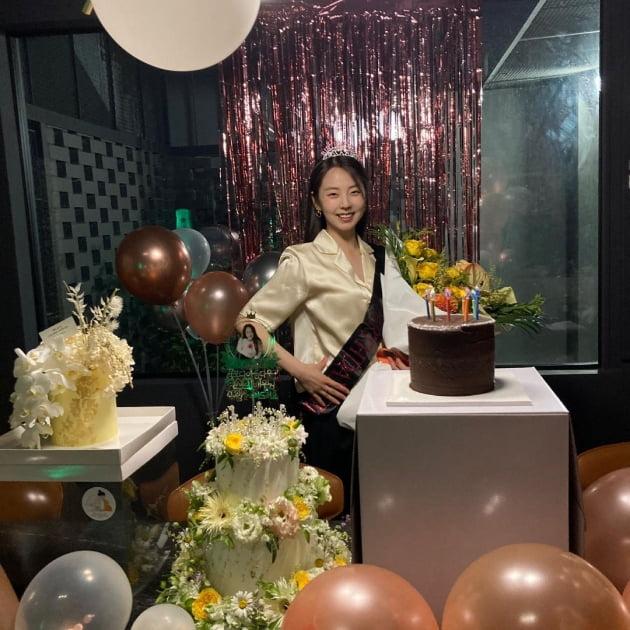안소희, 왕관+어깨띠 미스코리아 포즈로 마무리한 생일파티 [TEN★]