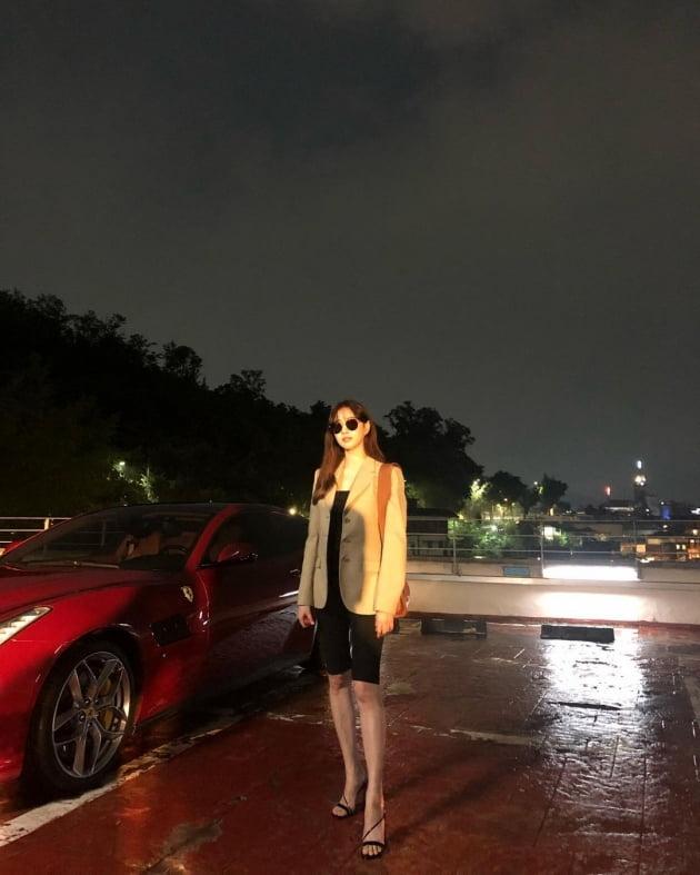 김사랑, 숏레깅스+정장 재킷 '9등신 몸매'…스포츠카는 거들 뿐 [TEN★]