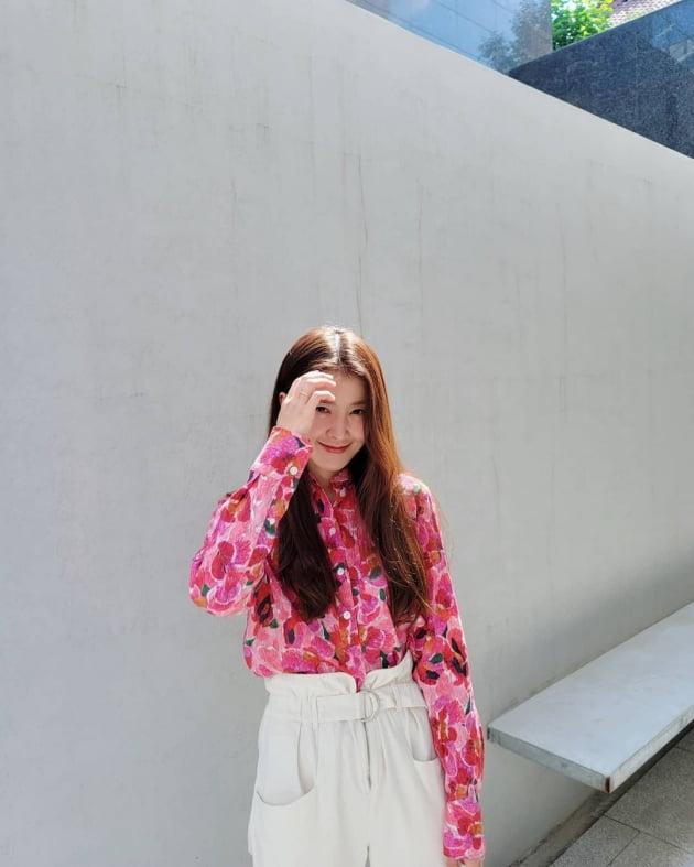 이시영, 긴 블라우스+긴 바지+긴 머리…C사 샌들은 확실한 여름 느낌 [TEN★]