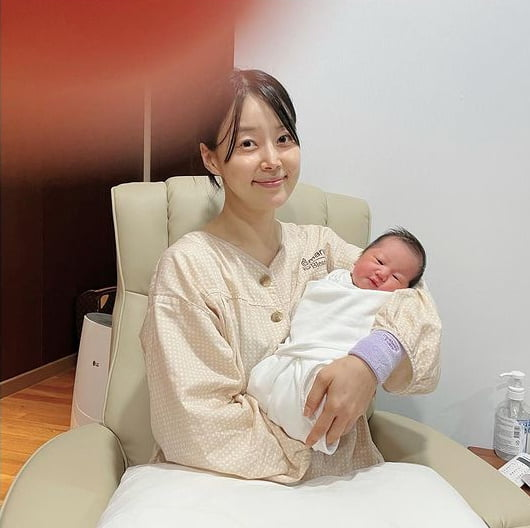 한지혜, 10년만에 얻은 딸과 생일기념사진 [TEN★]