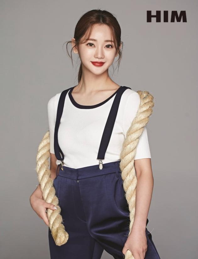 """""""롤모델은 장윤정""""…홍지윤, 미니 원피스→마린룩 '팔색조 매력' [화보]"""