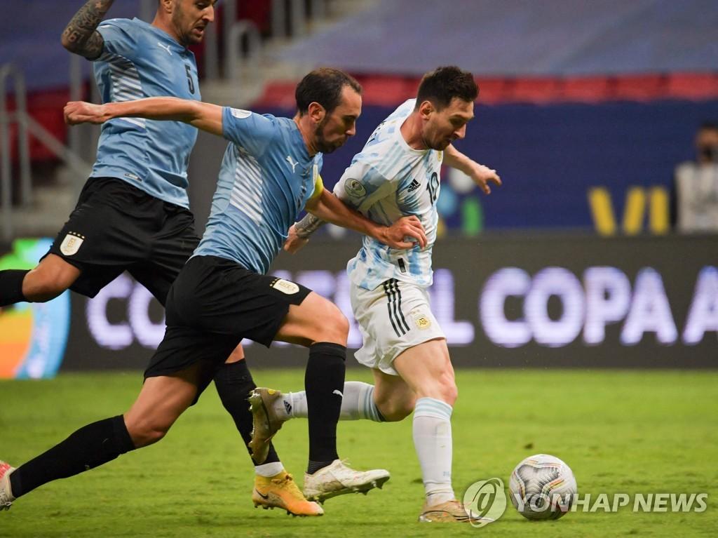 아르헨티나, 우루과이 1-0 꺾고 코파 첫 승…메시 결승골 도와(종합)