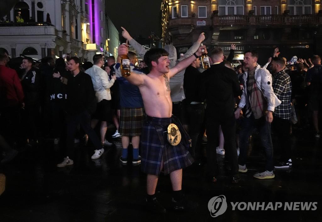 [사진톡톡] 델타변이 무색한 유로 2020…런던 거리응원 열기
