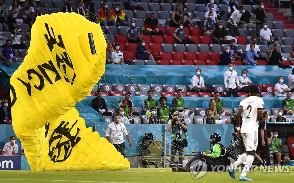 어수선한 유로, 이번엔 경기장서 낙하산 시위…부상자도 발생