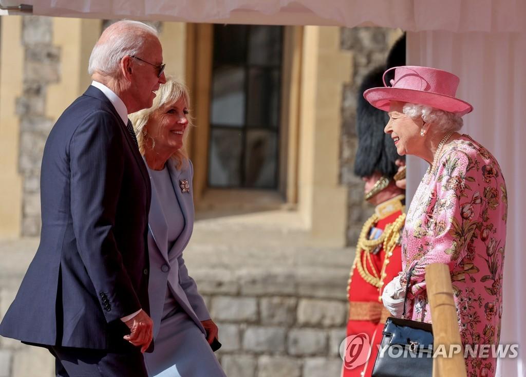 선글라스 끼고 영국 여왕 접견한 바이든…왕실예법 위반 논란