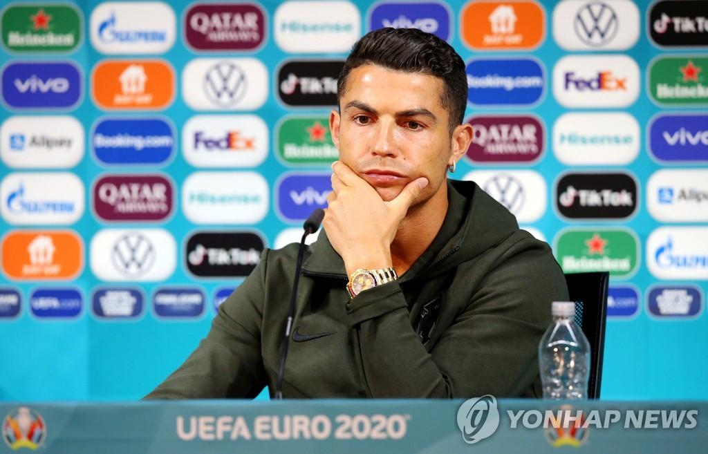 스폰서 음료 치우기에 놀란 UEFA, 유로 참가팀에 '멈춰!' 당부