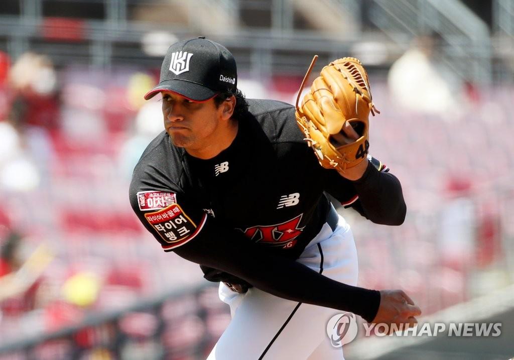 쿠에바스 2승·황재균 역전포…'5연승' kt, 단독 선두