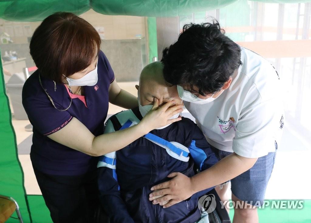 1년여 만에 다시 잡는 아버지의 손…백신 접종 완료자 부자상봉