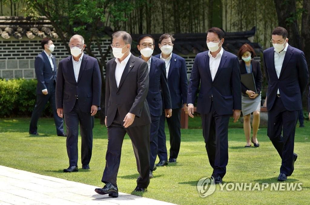 """문대통령, 4대그룹 靑 초청…""""역할·기여 컸다"""" 웃음꽃(종합)"""