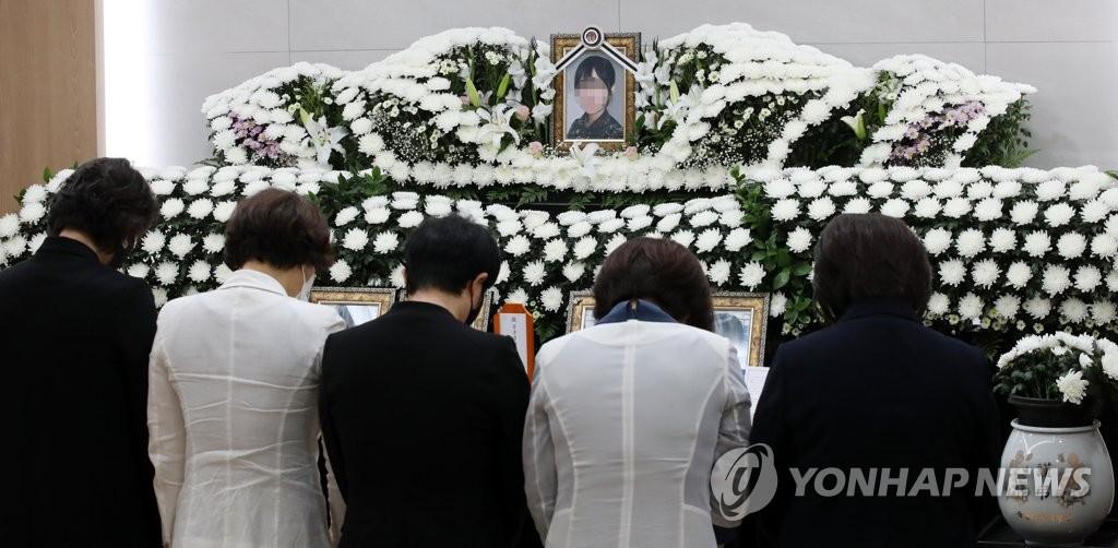 女부사관 유족, 병원서 참고인 조사…검찰단장 면담도 진행(종합)