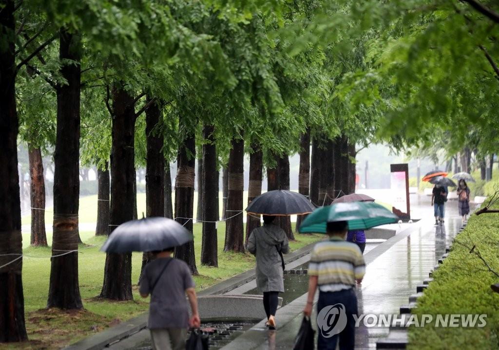 [날씨] 흐리고 남부에 많은 비…더위 한풀 꺾여