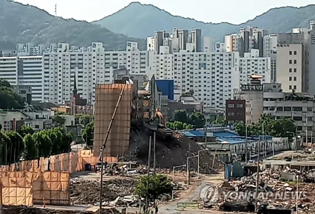 철거건물 붕괴참사 수사 경찰, 재하도급 업체 대표 등 영장(종합)