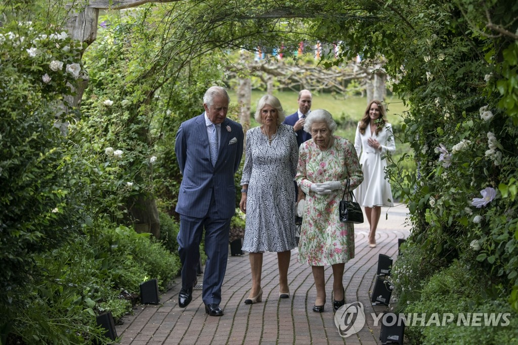 [사진톡톡] G7 신스틸러 한살배기 '보리스 주니어'와 95세 여왕