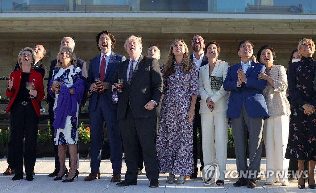 """문대통령, 英 에어쇼에 韓 블랙이글스 거론…""""G7 글씨도 쓴다"""""""