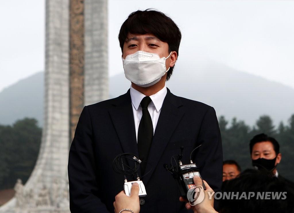 """이준석, 역대 대통령 묘역 참배…""""새로운 미래 그리겠다"""""""