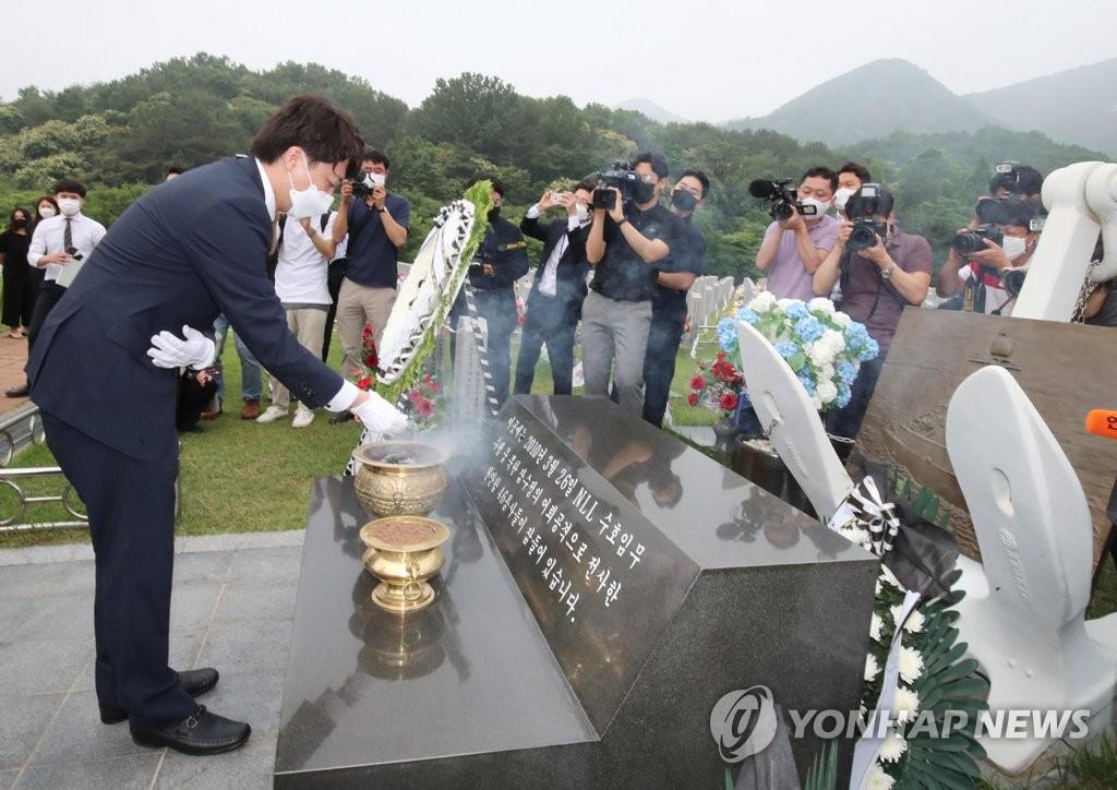 """이준석, 천안함유족 앞 눈물 …""""보수가 마음 아프게 해드렸다"""""""