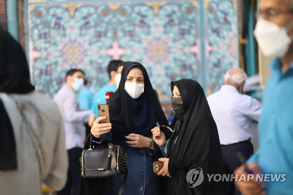 """[르포] """"새 대통령, 경제 문제 풀어야""""…이란인들 대선 투표 '행렬'"""