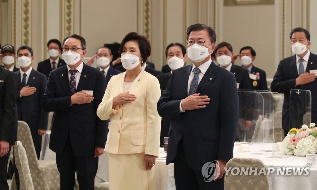 """문대통령, 유공자·보훈가족 靑초청…""""국빈 맞는 마음""""(종합)"""