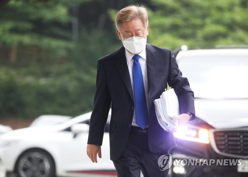 '24년전 인연' 이재명, 尹 대권도전에 무대응 왜?