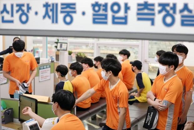 병역판정검사 중인 검사 대상자들. /사진=연합뉴스
