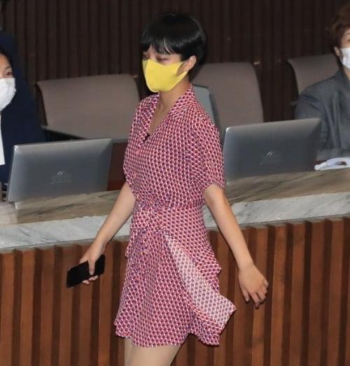 지난해 8월 분홍색 도트 원피스를 입고 본회의에 참석한 류호정 정의당 의원. /사진=연합뉴스