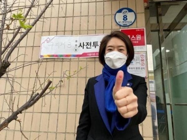 고민정 더불어민주당 의원이 서울시장 보궐선거 사전투표에 참여한 후 촬영한 '인증샷'을 자신의 페이스북에 올렸다가 사진을 삭제했다. /사진=연합뉴스