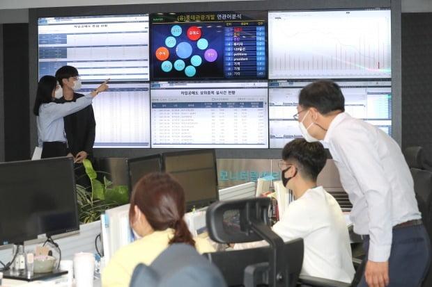 서울 여의도 한국거래소 공매도 모니터링센터에서 직원들이 공매도 상황을 점검하고 있다.  / 사진=연합뉴스