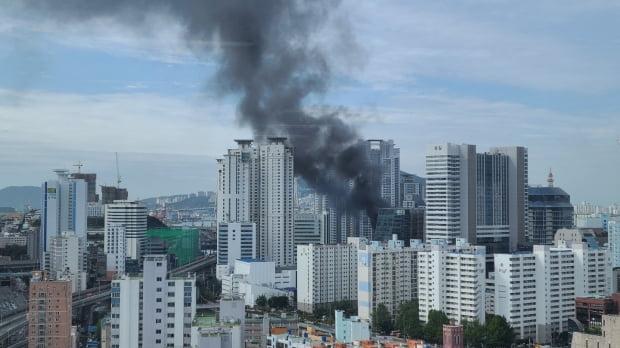 4일 오전 8시 21분께 부산 동구 범일동 공사 중인 한 건물 옥상에서 불이 났다. /사진=부산소방재난본부 제공