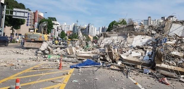 9일 오후 광주 동구 학동의 한 철거 작업 중이던 건물이 붕괴, 도로 위로 건물 잔해가 쏟아져 시내버스 등이 매몰됐다. 사진은 사고 현장에서 119 구조대원들이 구조 작업을 펼치는 모습.  사진=[광주소방본부 제공]