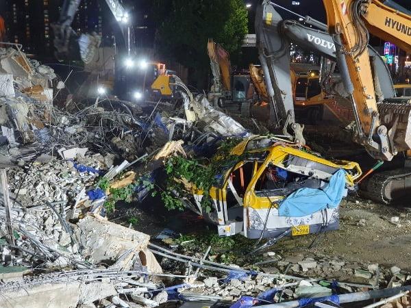 9일 오후 광주 동구 학동의 건물 붕괴 현장에서 건물 잔해에 매몰됐던 시내버스가 모습을 드러내고 있다. 소방대원들은 중장비 등을 이용해 버스에 탔던 17명을 구조했으며 이 중 9명은 숨지고 8명은 중상을 입고 병원에 옮겨졌다. 사진=연합뉴스