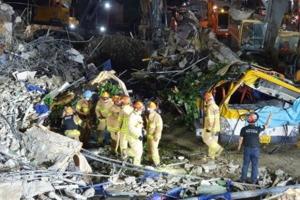 9일 오후 광주 동구 학동의 건물 붕괴 현장에서 건물 잔해에 매몰됐던 시내버스가 모습을 드러내고 있다. /사진=연합뉴스