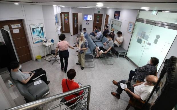 30세 이상 예비군 등에 대한 얀센 백신 접종이 시작된 지난 10일 서울 동작구 경성의원에서 시민들이 백신 접종을 기다리고 있다. [사진=연합뉴스]