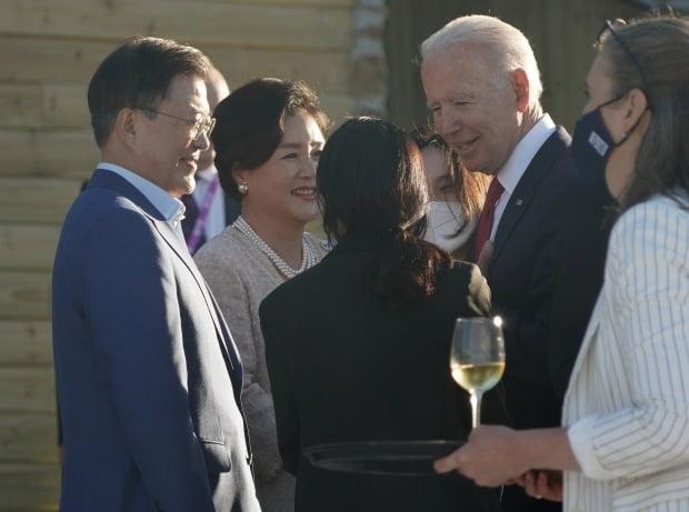 G7 정상회의에 참석 중인 문재인 대통령 부부와 조 바이든 미국 대통령이 환담을 나누고 있다. / 사진=연합뉴스