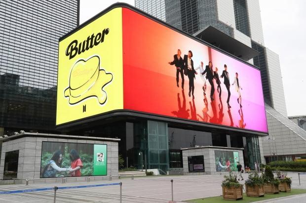 아이돌그룹 방탄소년단(BTS)이 지난 15일 두 번째 영어 곡 '버터'(Butter)로 미국 빌보드 싱글 차트에서 3주 연속 정상을 지키며 신기록을 썼다. /사진=연합뉴스